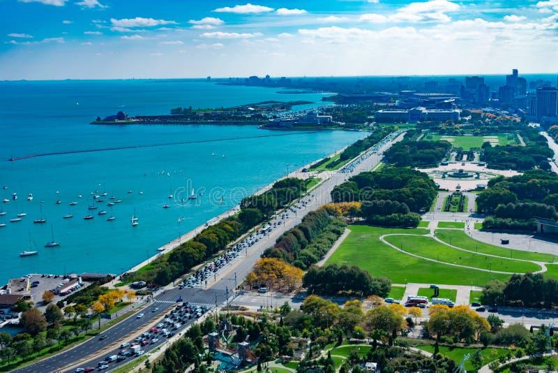 Grant Park湖岸驱动和密执安湖顶上的看法在芝加哥 免版税图库摄影