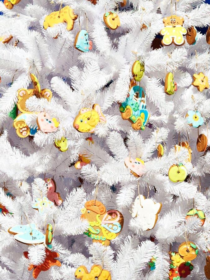 Granträd för vit jul med pepparkakaleksaker fotografering för bildbyråer