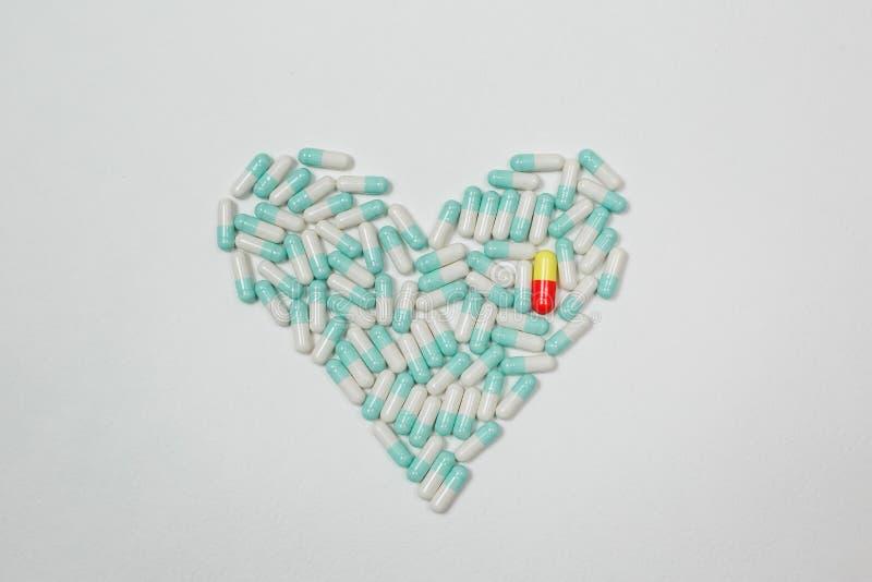 Granule et comprimés colorés de capsules de vitamine sur la fin de table  photos libres de droits