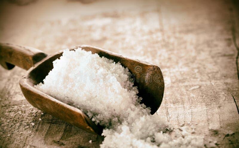 Granules bruts de sel de roche ou de mer photo libre de droits