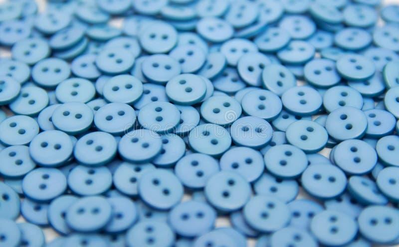 Granules en plastique en plastique de boutons dispers?s sur un fond blanc images stock