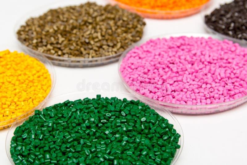 granules en plastique Granules polymères de ² du colorant Ð La r?utilisation du plastique photo stock