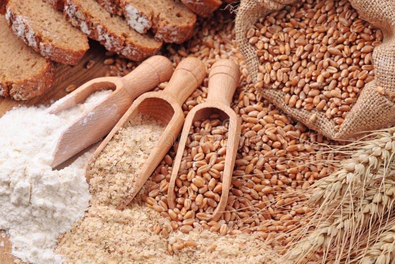 Granuli, crusca e farina del frumento fotografia stock libera da diritti