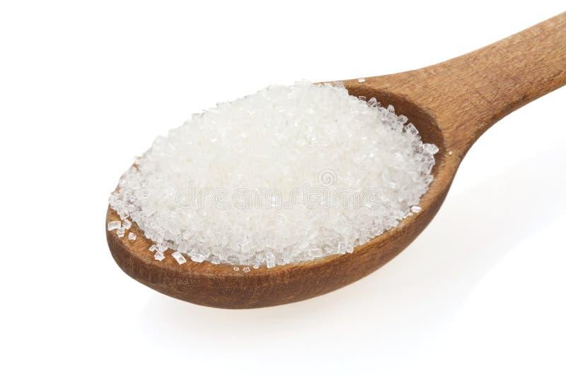 Granulierter Zucker im Löffel auf Weiß lizenzfreies stockbild
