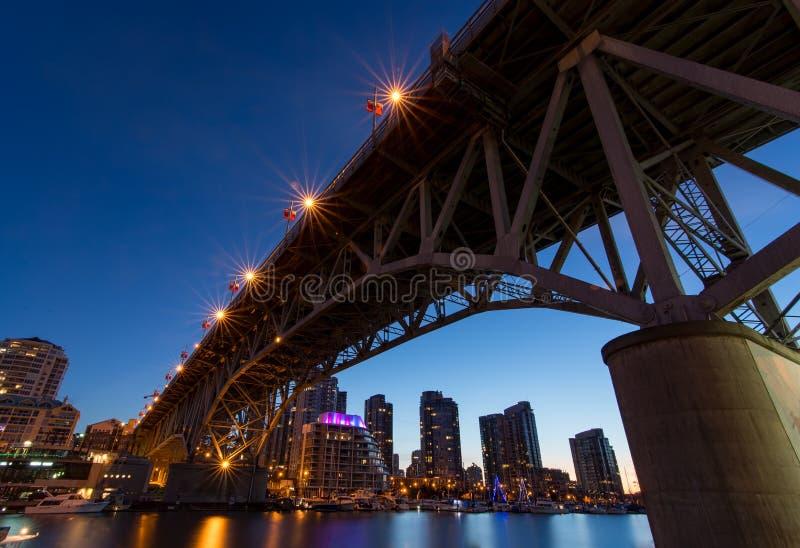Granville Island Bridge op een Duidelijke Nacht stock afbeelding