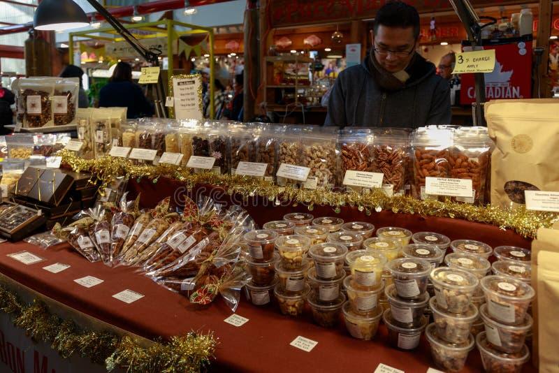 Granville Island Public Market en Vancouver Es casero a más de 100 vendedores que ofrecen los mariscos, las carnes, los dulces y  imagen de archivo