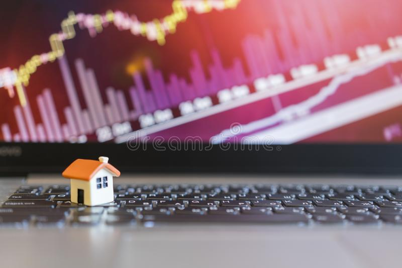 Grap crescente da venda home modelo da casa no fundo do gráfico do crescimento fotos de stock