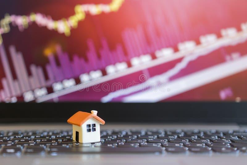 Grap crescente da venda home modelo da casa no fundo do gráfico do crescimento O conceito de preços de aumentação da propriedade imagens de stock