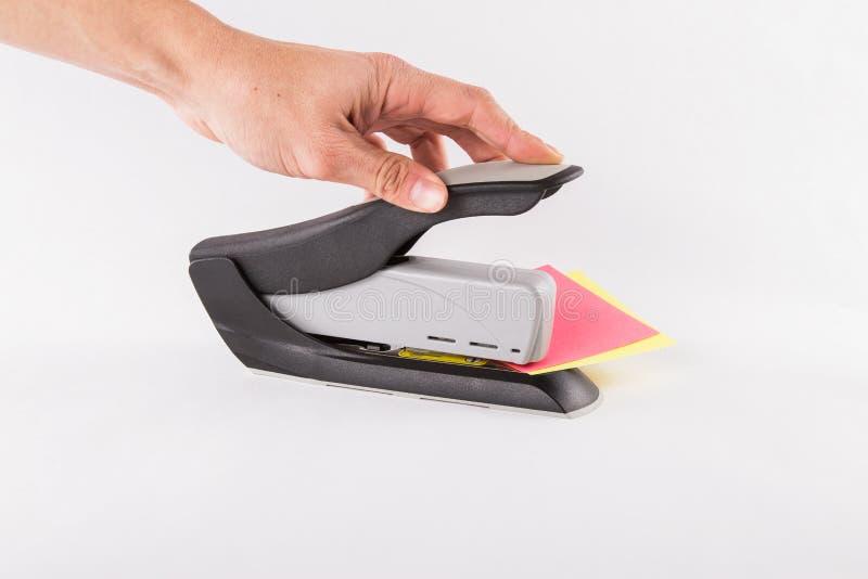 Grapadora que es utilizada en el papel. fotos de archivo libres de regalías