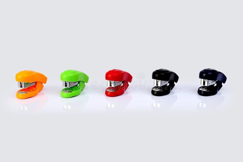 Grapadoras de diversos colores aisladas en un fondo blanco foto de archivo libre de regalías