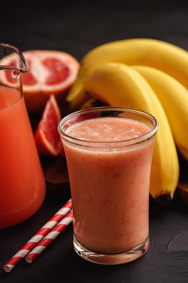 Grapefruit en banaan smoothie, gezonde drank royalty-vrije stock fotografie