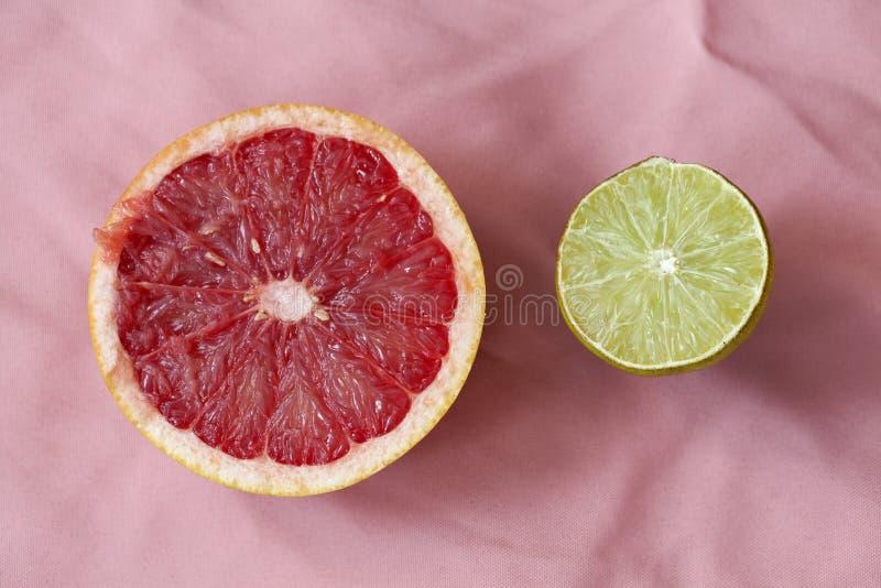 Grapefruit en kalk de helften stock afbeelding