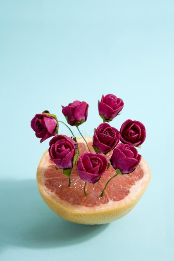 Grapefruit en rode rozen stock fotografie