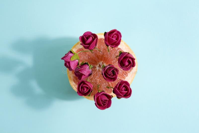 Grapefruit en rode rozen royalty-vrije stock afbeelding