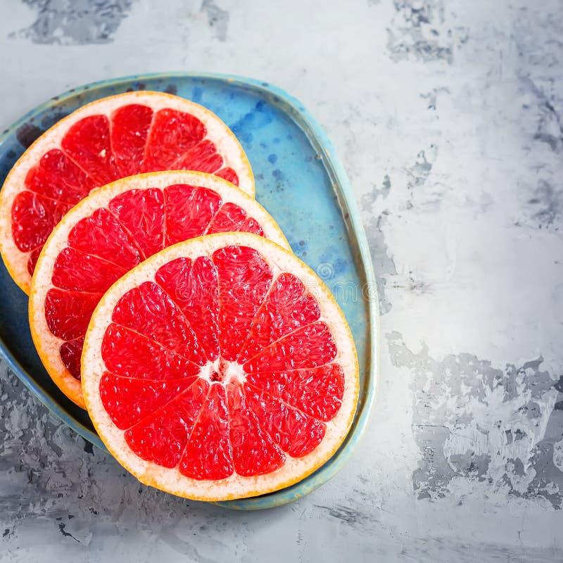 Grapefruit op blauwe plaat royalty-vrije stock afbeeldingen