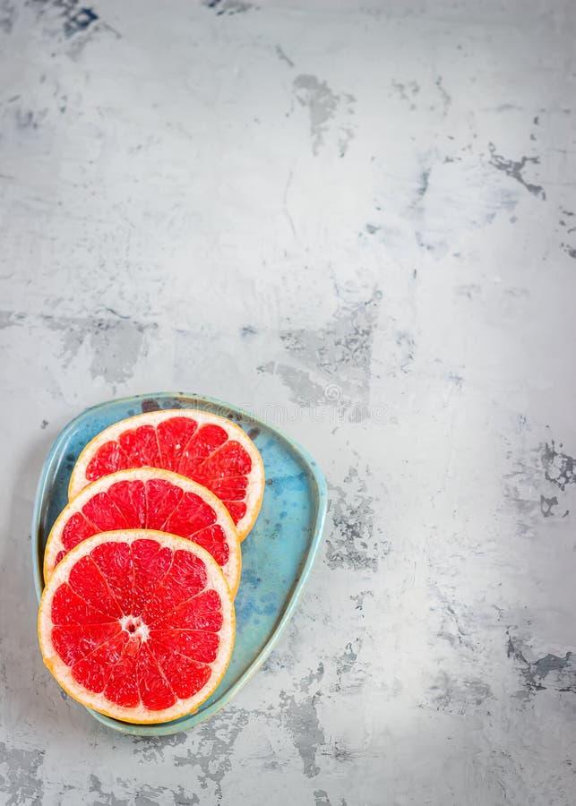 Grapefruit op blauwe plaat royalty-vrije stock foto