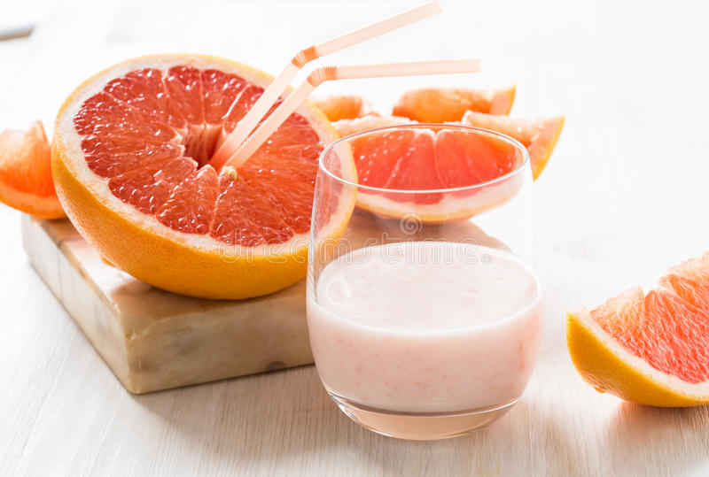 Grapefruit smoothie en verse grapefruit royalty-vrije stock afbeelding