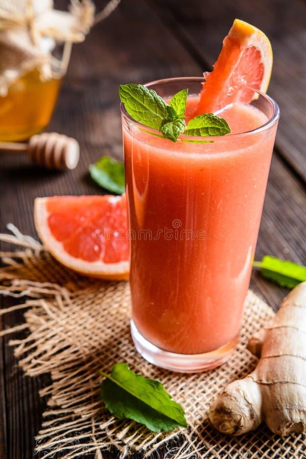 Grapefruit smoothie met gember en honing stock fotografie
