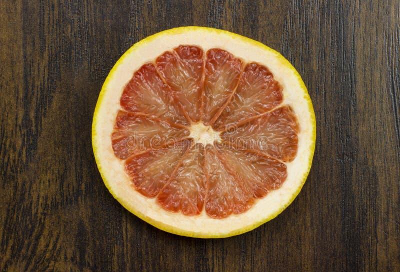 Grapefruitowa czerwona soczysta świeża tropikalna pokrojona egzotyczna witaminy owoc na drewnie fotografia stock