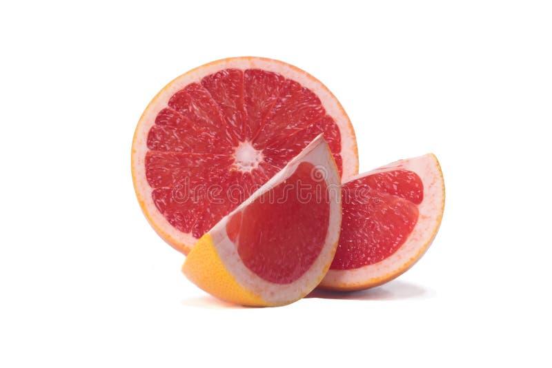 Grapefruitowy ciie w trzy kawałka i kłama na białym tle zdjęcia royalty free