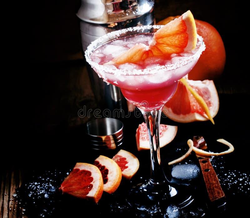 Grapefruitowy daiquiri z solą, metalu potrząsacz, czarny tło, s obraz royalty free