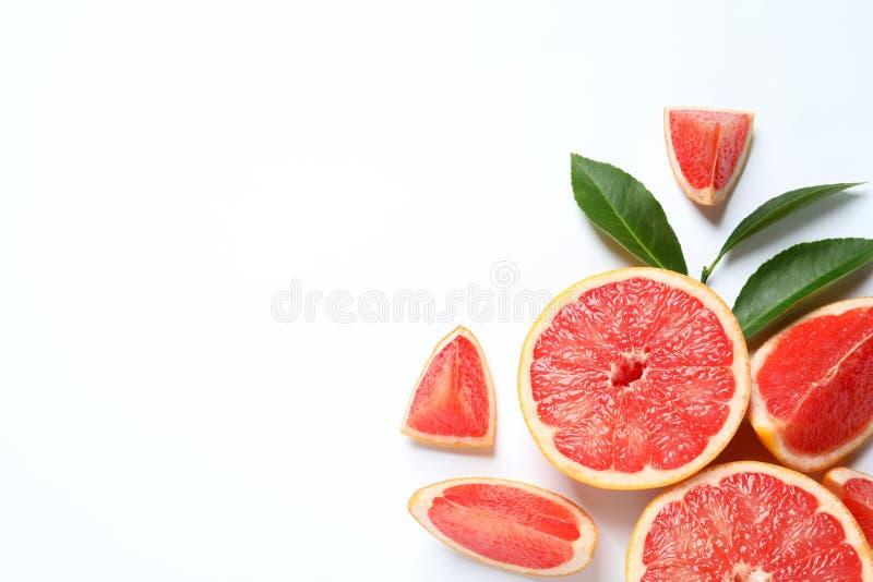 Grapefruits en bladeren op witte achtergrond, hoogste mening royalty-vrije stock fotografie