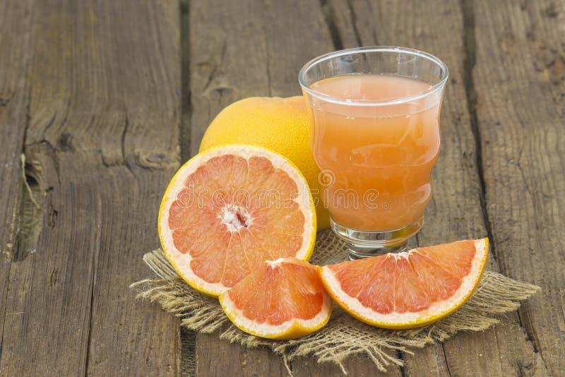 Grapefruitsaft und frische Früchte stockfotos