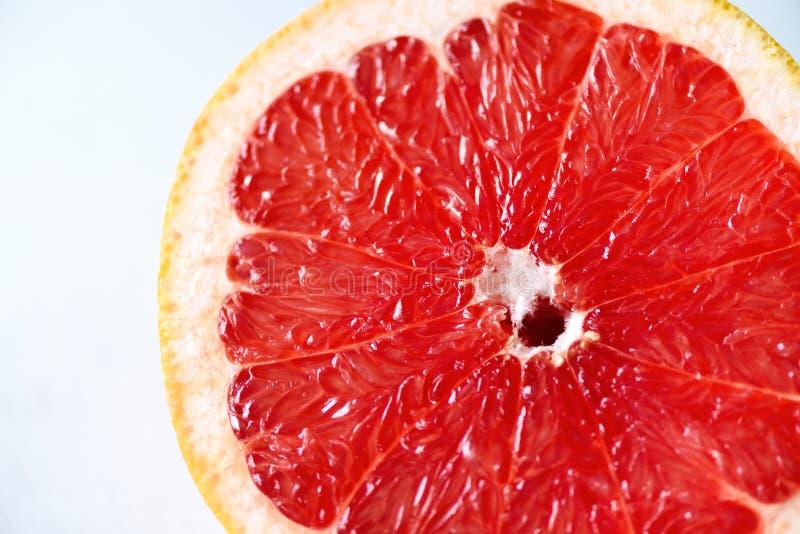 Grapefrukt skivad halva på grå bakgrund Citrusfruktmakro Kopieringsutrymme, bästa sikt fotografering för bildbyråer