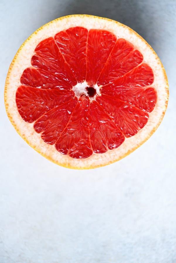 Grapefrukt skivad halva på grå bakgrund Citrusfruktmakro Kopieringsutrymme, bästa sikt arkivbilder