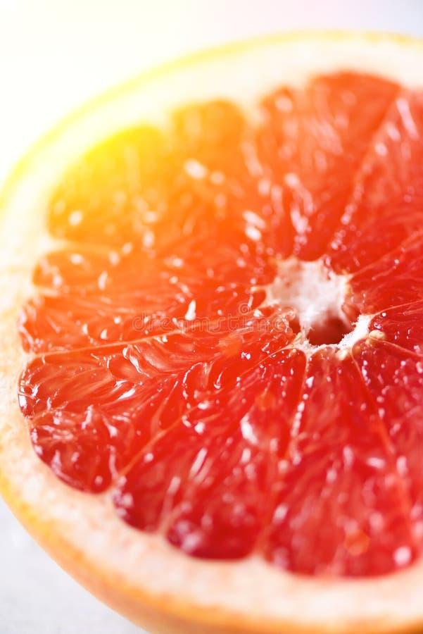 Grapefrukt skivad halva på grå bakgrund Citrusfruktmakro Kopieringsutrymme, bästa sikt Sommarmatbegrepp fotografering för bildbyråer