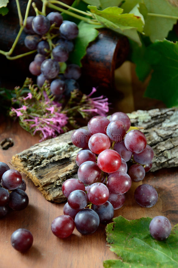 Free Grapes With Leaves Royalty Free Stock Image - 34730526
