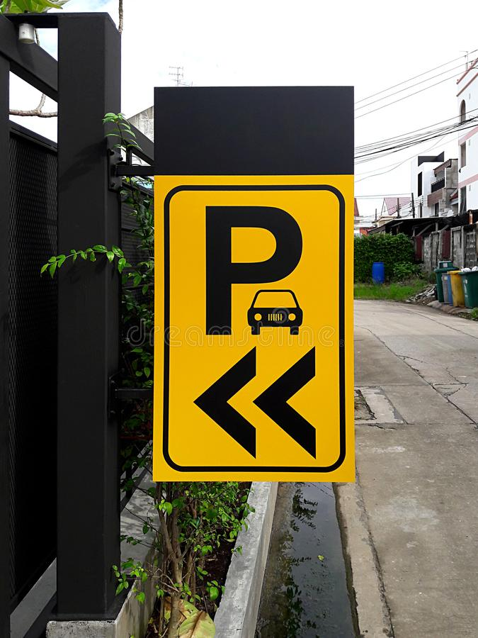 graphics Κίτρινο σημάδι υπαίθριων σταθμών αυτοκινήτων στοκ εικόνα
