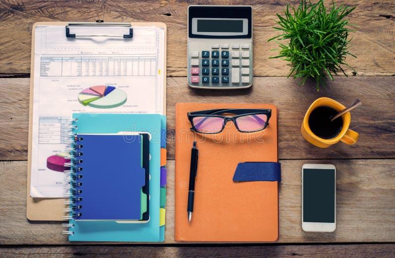 Graphing, kalkulatorzy, notatniki, pióra, filiżanka i eyeglasses na drewnianej podłoga, zdjęcia royalty free