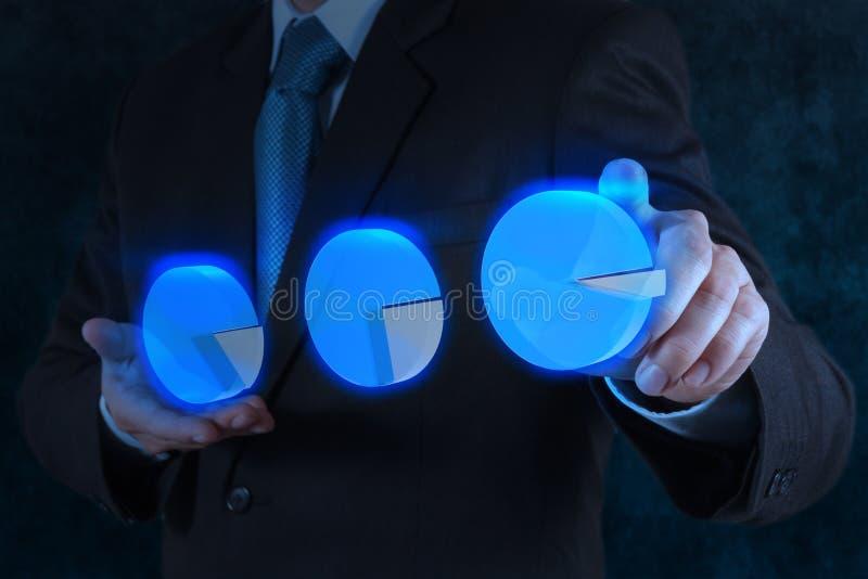 Graphique circulaire virtuel de contact de main d'homme d'affaires image stock