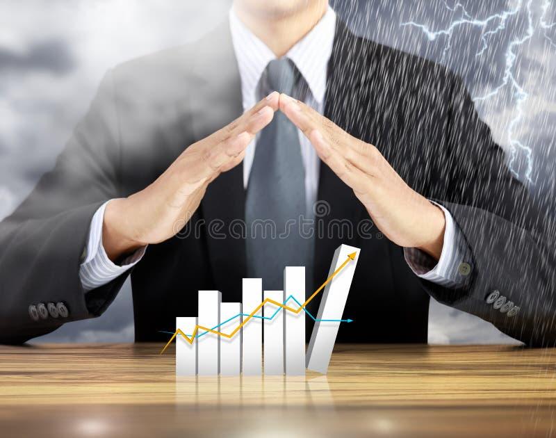 Graphique croissant de couverture de main d'homme d'affaires avec le fond d'orage de pluie photographie stock libre de droits