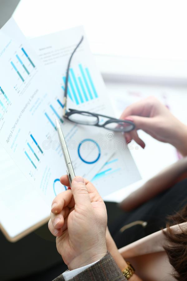 Graphique d'examen d'homme d'affaires et de femme d'affaires photo stock