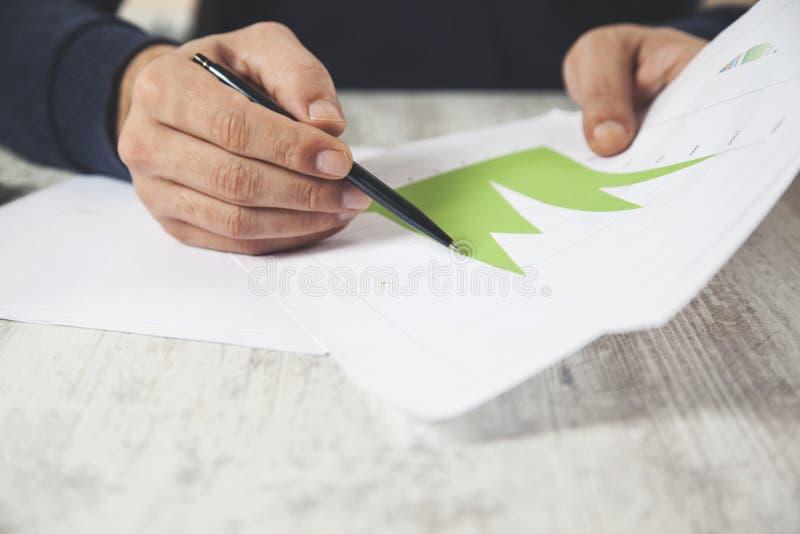 Graphique de main d'homme avec le stylo photo stock