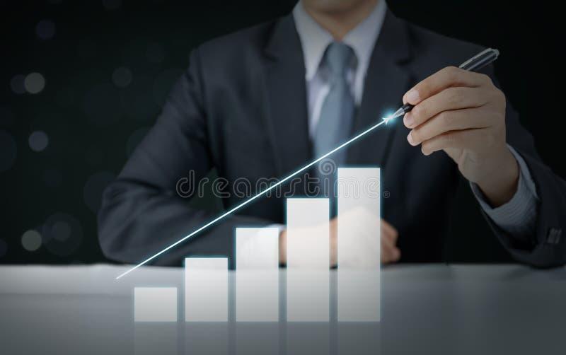 Graphique en hausse actuel d'homme d'affaires photo stock