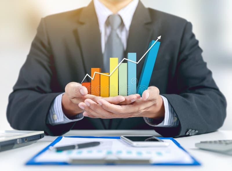 Graphique en hausse actuel d'homme d'affaires, concept de croissance photo stock