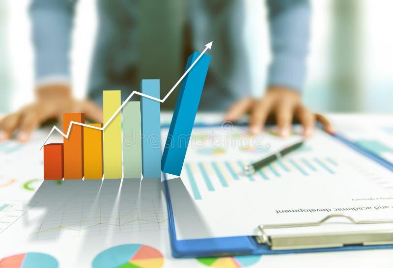 Graphique en hausse actuel d'homme d'affaires, croissance d'affaires photographie stock