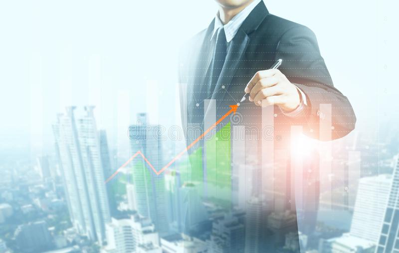 Graphique en hausse actuel d'homme d'affaires, croissance d'affaires image stock
