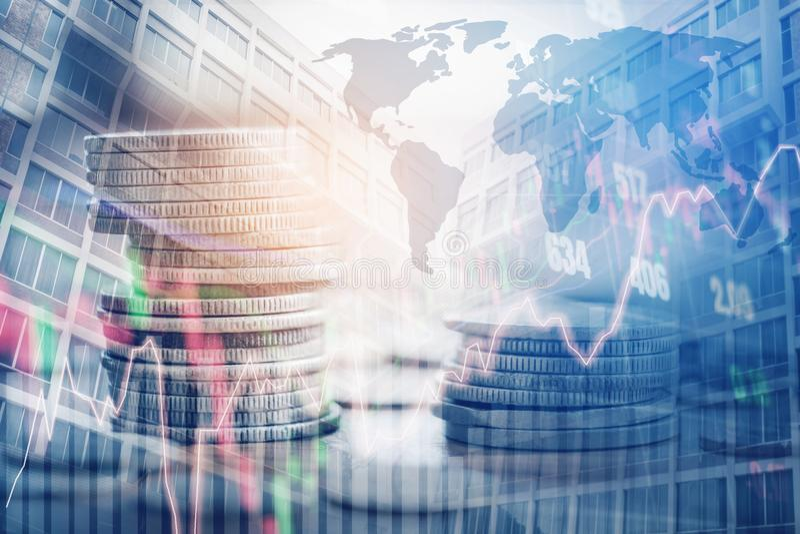 Graphique sur des rangées des pièces de monnaie pour des finances et opérations bancaires sur les actions numériques photographie stock libre de droits