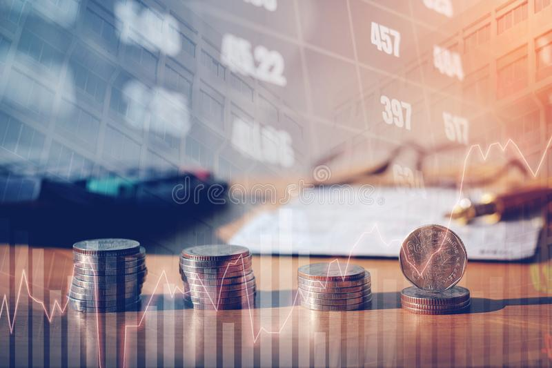 Graphique sur des rangées des pièces de monnaie pour des finances et opérations bancaires sur les actions numériques photos libres de droits