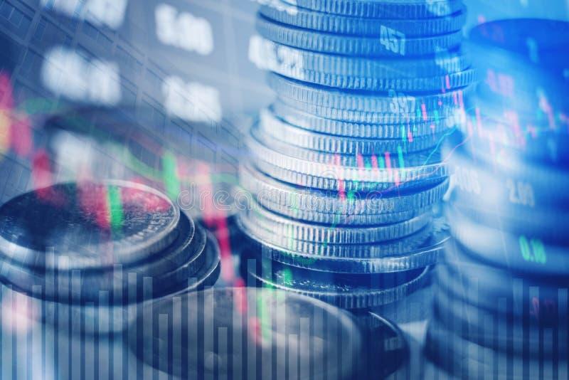 Graphique sur des rangées des pièces de monnaie pour des finances et opérations bancaires sur les actions numériques photos stock