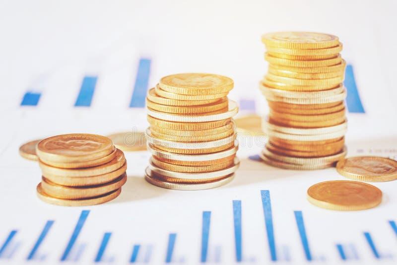 Graphique sur des rangées des pièces de monnaie pour des finances et opérations bancaires sur les actions numériques images libres de droits