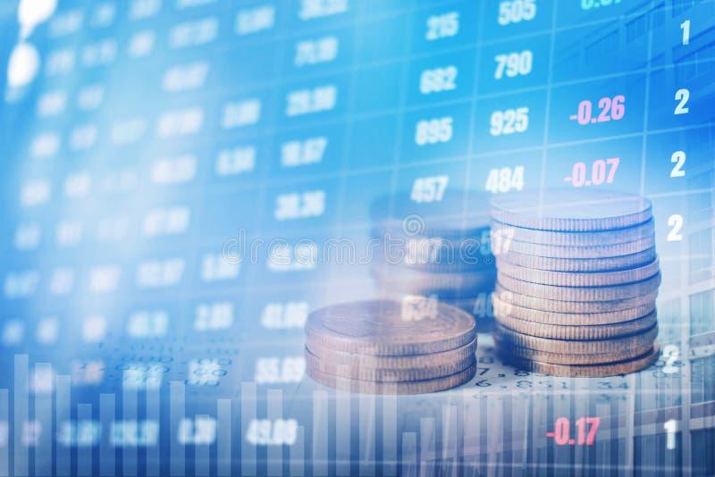 Graphique sur des rangées des pièces de monnaie pour des finances et opérations bancaires sur les actions numériques photo libre de droits