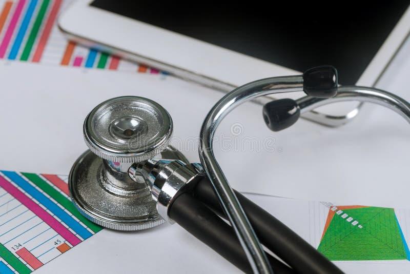 Graphiques analytiques médicaux électroniques de stéthoscope employant sur le comprimé numérique photographie stock libre de droits
