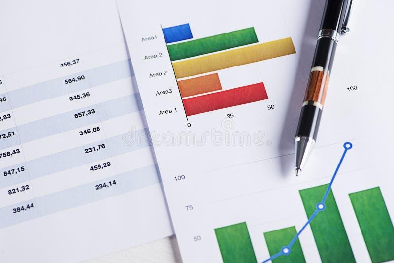 Graphiques couleur et sciences économiques d'affaires avec un stylo photo stock