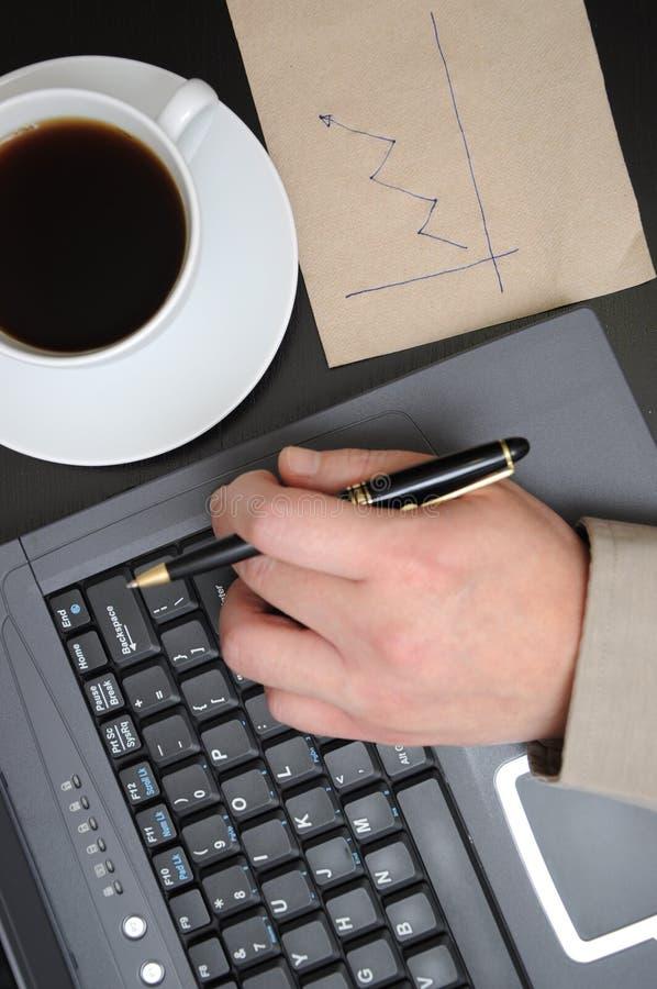 Graphiques de finances d'affaires de retrait d'homme images stock