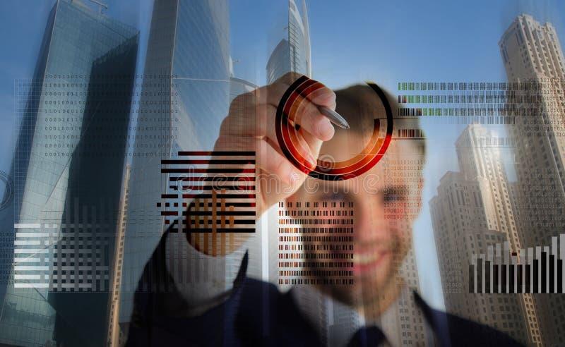 Graphiques de gestion virtuels interactifs d'affichage d'homme Créez le crypto portefeuille de devise Crypto devise de extraction photos libres de droits